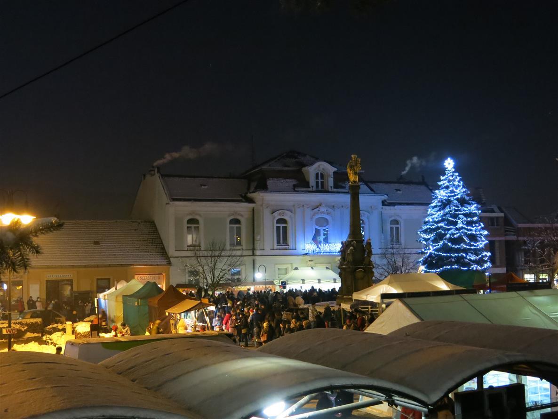 Rozsvěcování vánočního stromu města 1. 12. 2017  Sdružení měst a ... cb6e0b59cd